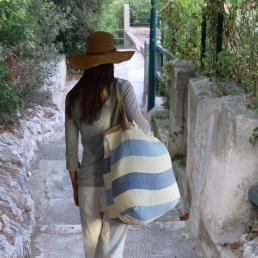 Borsa beach indossata, ideale per il trasporto dei teli da spiaggia
