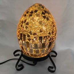 lampada dorata con mosaico